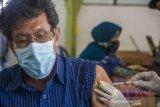 Seorang warga lansia (lanjut usia) menjalani penyuntikkan vaksin COVID-19 di Puskesmas Cempaka, Banjarmasin, Kalimantan Selatan, Senin (1/3/2021). Berdasarkan data Dinas Kesehatan Kota Banjarmasin, dari 49.780 orang lansia yang ada, hanya sebanyak 7.450 orang lansia saja yang bisa mengikuti vaksinasi COVID-19 pada tahap kedua ini karena vaksin yang tersedia di Kota Banjarmasin masih terbatas. Foto Antaranews Kalsel/Bayu Pratama S.
