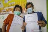 Warga lansia (lanjut usia) menunjukkan kartu vaksinasi usai mengikuti program vaksinasi COVID-19 di Puskesmas Cempaka, Banjarmasin, Kalimantan Selatan, Senin (1/3/2021). Berdasarkan data Dinas Kesehatan Kota Banjarmasin, dari 49.780 orang lansia yang ada, hanya sebanyak 7.450 orang lansia saja yang bisa mengikuti vaksinasi COVID-19 pada tahap kedua ini karena vaksin yang tersedia di Kota Banjarmasin masih terbatas. Foto Antaranews Kalsel/Bayu Pratama S.