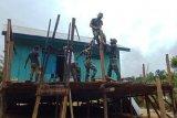 Satgas TNI Yonif 312 bantu renovasi rumah tokoh adat di perbatasan