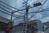 Petugas memasang  kamera pengawas (closed circuit television/CCTV) di kawasan Tegalsari, Surabaya, Selasa (2/3). Pemerintah Kota Surabaya  berkomitmen  menjaga keamanan  dan mendorong ketertiban pengendara lalu lintas, diantaranya melalui  pemasangan kamera pengawas di berbagai sudut kota. (Antarajatim.com/SHP/21/Slamet Hadi Purnomo)