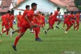 Pesepakbola tim Arema FC melakukan pemanasan saat latihan di Stadion Ketawang, Malang, Jawa Timur, Selasa (2/3/2021). Latihan untuk menghadapi Turnamen Piala Menpora tersebut diisi dengan materi latihan fisik dan koordinasi antar pemain. Antara Jatim/Ari Bowo Sucipto/zk