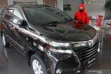 Pramuniaga menawarkan sebuah produk mobil kepada calon konsumen di diler Toyota Auto2000, Malang, Jawa Timur, Senin (1/3/2021). Pemerintah melalui Kementerian Koordinator Bidang Perekonomian memberlakukan kebijakan relaksasi Pajak Penjualan Atas Barang Mewah (PPnBM) dengan syarat tertentu yang diterapkan secara bertahap yakni mulai pada bulan Maret hingga Desember 2021. Antara Jatim/Ari Bowo Sucipto/zk.