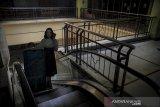 Seorang pedagang membawa papan iklan di pusat perbelanjaan ITC Kebon Kalapa, Bandung Jawa Barat, Selasa (2/3/2021). Paguyuban pedagang ITC Kebon Kalapa menyatakan, selama pandemi COVID-19 dari 2.500 pedagang di pusat perlengkapan fashion, elektronik dan batu akik tersebut hanya 700 pedagang yang bertahan, sementara sisanya memilih untuk menjual dan mengontrakan kiosnya. ANTARA JABAR/Raisan Al Farisi/agr