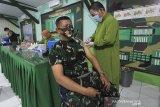 Vaksinator menyuntikkan vaksin COVID-19 kepada prajurit TNI Kodim 0616 Indramayu, di Makodim Indramayu, Jawa Barat, Selasa (2/3/2021). Sebanyak 248 prajurit TNI Kodim 0616 Indramayu mengikuti suntik vaksi covid-19 dosis pertama. ANTARA JABAR/Dedhez Anggara/agr