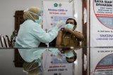 Petugas kesehatan menyuntikkan vaksin COVID-19 kepada tenaga kesehatan lanjut usia (lansia) di Rumah Sakit Umum Daerah (RSUD) Sidoarjo, Jawa Timur, Senin (1/3/2021). Sebanyak 1.583 tenaga kesehatan berusia di atas 60 tahun mendapatkan vaksinasi COVID-19 di Jawa Timur.  Antara Jatim/Umarul Faruq/zk