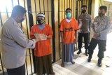 Wakapolres Lombok Utara memberikan Al-Quran kepada puluhan tahanan