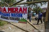 Pengurus  RW membawa bantuan untuk dibagikan kepada warga positif COVID-19 yang isolasi mandiri di RW 10 Kampung Pangkalan, Kabupaten Bandung Barat, Jawa Barat, Rabu (3/3/2021). Sedikitnya 39 warga di kawasan tersebut terdata positif COVID-19 usai wisata ziarah ke Pamijahan, Tasikmalaya sehingga kawasan tersebut terpaksa diisolasi dengan diberlakukan PPKM skala mikro. ANTARA JABAR/Novrian Arbi/agr
