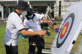 Sejumlah juri menilai hasil bidikan peserta  lomba panahan di Sekolah Tinggi Teknologi Angkatan Laut (STTAL), Bumimoro, Surabaya, Jawa Timur, Rabu (3/3/2021). Berbagai lomba yang digelar dan diikuti seluruh Civitas Akademika STTAL untuk menyemarakkan Dies Natalis ke-55 STTAL tersebut bertema Prajurit Teknokrat STTAL Terus Berinovasi, Berkarya dan Berprestasi di Tengah Pandemi. Antara Jatim/Didik Suhartono/zk
