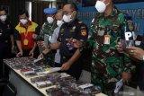Petugas menunjukkan barang bukti hasil sitaan berupa handphone ilegal di Kantor Pengawasan dan Pelayanan Bea dan Cukai (KPPBC) Tipe Madya Pabean Juanda, Sidoarjo, Jawa Timur, Rabu (3/3/2021). Bea Dan Cukai bersama Otoritas Bandara Juanda berhasil menggagalkan upaya pembawaan handphone ilegal asal kawasan bebas Batam sebanyak 286 unit tanpa dilengkapi dokumen pabean menggunakan pesawat Lion JT972 dari Batam (BTH) tujuan Surabaya (SUB). Antara Jatim/Umarul Faruq/zk