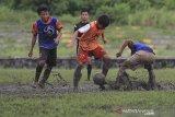 Sejumlah peserta berlatih tanding saat mengikuti seleksi dan pelatihan calon pemain Tim Nasional (Timnas) Indonesia U-119 di Stadion Tridaya, Indramayu, Jawa Barat, Rabu (3/3/2021). sebanyak 129 pesepakbola dari berbagai klub dan sekolah sepakbola mengikuti seleksi Timnas U-19 tingkat daerah, selanjutnya akan maju ke tahap nasional di Jakarta. ANTARA JABAR/Dedhez Anggara/agr