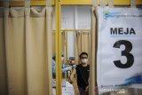 Petugas kesehatan menyuntikkan vaksin COVID-19 kepada seorang pekerja di 23 Paskal Shopping Center, Bandung Jawa Barat, Rabu (3/3/2021). Dinas Kesehatan Kota Bandung memberikan vaksin COVID-19 kepada 200 pekerja di 23 Paskal Shopping Center dalam pelaksanaan program vaksinasi nasional tahap dua bagi pelayan yang bertugas langsung dengan publik. ANTARA JABAR/Raisan Al Farisi/agr
