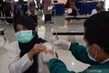 Petugas medis menyuntikkan vaksin COVID-19 kepada seorang tenaga pendidik di Posko Pemberlakukan Pembatasan Kegiatan Masyarakat (PPKM) Mikro di Kabupaten Madiun, Jawa Timur, Rabu (3/3/2021). Pemkab Madiun memfasilitasi vaksinasi COVID-19 secara massal bagi tenaga pendidik yang dilaksanakan di tiga lokasi guna mendekatkan tempat layanan sesuai wilayah domisili para pendidik. Antara Jatim/Siswowidodo/zk