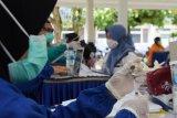 Petugas medis menyiapkan vaksin COVID-19 sebelum disuntikkan kepada tenaga pendidik di Posko Pemberlakukan Pembatasan Kegiatan Masyarakat (PPKM) Mikro di Kabupaten Madiun, Jawa Timur, Rabu (3/3/2021). Pemkab Madiun memfasilitasi vaksinasi COVID-19 secara massal bagi tenaga pendidik yang dilaksanakan di tiga lokasi guna mendekatkan tempat layanan sesuai wilayah domisili para pendidik. Antara Jatim/Siswowidodo/zk