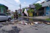 Drainase Jalan Jambon Yogyakarta meluap sebabkan jalan rusak