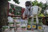 Warga mengolah sayuran sawi untuk dijadikan minuman dan makanan sehat dalam rangka Gerakan Peduli Stunting (Geulis) di Komplek Taman Rafflesia, Kiaracondong, Bandung Jawa Barat, Kamis (4/3/2021). Program Geulis yang dilakukan secara swadaya oleh warga RW 14 tersebut menyediakan makanan dan minuman sehat seperti jus sawi nanas, dan puding sawi untuk dibagikan secara gratis kepada anak usia dini guna mencegah stunting. ANTARA JABAR/Raisan Al Farisi/agr