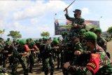 Pangdam IX/Udayana Mayjen TNI Maruli Simanjuntak digendong oleh sejumlah personel satgas Pamtas RI-RDTL dari satuan Yonif 742/Satria Wira Yudha (SWY) dan Yon Armed 6/Tamarunang usai mengikuti apel penerimaan, di Lantamal VII Kupang, NTT,Kamis (4/3/2021).Kedua satuan ini akan bertugas di perbatasan RI-RDTL menggantikan Yonif Raider Khusus 744/SYB dan Yon Armed 3/105 Tarik yang sudah bertugas selama sembilan bulan di kawasan itu. ANTARA FOTO/Kornelis Kaha/nym.