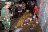 Anggota Polisi dan TNI AD menegur pedagang karena anaknya tidak menggunakan masker saat pengawasan penerapan protokol kesehatan COVID-19, di Badung, Bali, Kamis (4/3/2021). Kegiatan yang digelar setiap malam hari tersebut untuk meningkatkan disiplin penerapan protokol kesehatan bagi masyarakat di tempat-tempat yang berpotensi menimbulkan kerumunan sebagai upaya mencegah terjadinya klaster COVID-19. ANTARA FOTO/Nyoman Hendra Wibowo/nym.