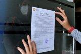 Pegawai Lembaga Penjamin Simpanan (LPS) menempelkan surat pengumuman di Kantor PT Bank Perkreditan Rakyat (BPR) Sewu Bali, Tabanan, Bali, Rabu (3/3/2021). LPS akan melakukan rekonsiliasi dan verifikasi data simpanan dan informasi lainnya untuk proses pembayaran klaim simpanan nasabah dan likuidasi PT BPR Sewu Bali setelah izin usaha BPR tersebut dicabut oleh Otoritas Jasa Keuangan pada tanggal 2 Maret 2021. ANTARA/Naufal Fikri Yusuf/nym.