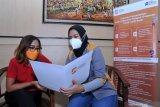 Pegawai Lembaga Penjamin Simpanan (LPS) memberikan penjelasan kepada nasabah di Kantor PT Bank Perkreditan Rakyat (BPR) Sewu Bali, Tabanan, Bali, Rabu (3/3/2021). LPS akan melakukan rekonsiliasi dan verifikasi data simpanan dan informasi lainnya untuk proses pembayaran klaim simpanan nasabah dan likuidasi PT BPR Sewu Bali setelah izin usaha BPR tersebut dicabut oleh Otoritas Jasa Keuangan pada tanggal 2 Maret 2021. ANTARA/Naufal Fikri Yusuf/nym