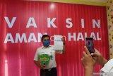 Seorang karyawan PT Kereta Api Indonesia (KAI) Daerah Operasi (Daop) 7 Madiun berfoto sambil memperlihatkan kartu vaksinasi usai menerima suntikan vaksin COVID-19 di Puskesmas Oro oro Ombo Kota Madiun, Jawa Timur, Kamis (4/3/2021). Vaksinasi secara massal yang diikuti ratusan orang karyawan dan karyawati PT KAI tersebut dilakukan di dua tempat yaitu Puskesmas Oro oro Ombo dan Tawangrejo untuk menghindari kerumunan guna pencegahan penyebaran COVID-19. Antara Jatim/Siswowidodo/zk