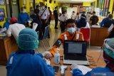 Petugas medis mememeriksa kondisi kesehatan seorang karyawan PT Kereta Api Indonesia (KAI) Daerah Operasi (Daop) 7 Madiun sebelum menerima suntikan vaksin COVID-19 di Puskesmas Oro oro Ombo Kota Madiun, Jawa Timur, Kamis (4/3/2021). Vaksinasi secara massal yang diikuti ratusan orang karyawan dan karyawati PT KAI tersebut dilakukan di dua tempat yaitu Puskesmas Oro oro Ombo dan Tawangrejo untuk menghindari kerumunan guna pencegahan penyebaran COVID-19. Antara Jatim/Siswowidodo/zk