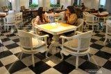 Wisatawan duduk di bekas ruang dansa organisasi Freemasonry di Hotel The Shalimar, Malang, Jawa Timur, Jumat (5/3/2021). Insinyur Belanda Ir. Mulder merancang dan mendirikan bangunan cagar budaya tersebut pada tahun 1933 untuk loji atau tempat pertemuan organisasi Freemasonry Cabang Malang bernomor 89 dengan gaya arsitektur Niewe Bowen. Antara Jatim/Ari Bowo Sucipto/zk