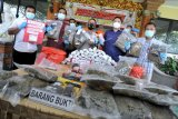 Petugas menunjukkan barang bukti dan tersangka kasus narkoba saat rilis di Polresta Denpasar, Bali, Jumat (5/3/2021). Sat Resnarkoba Polresta Denpasar berhasil menangkap tiga orang tersangka dengan total barang bukti 30 kilogram ganja, 246 gram sabu dan 488 gram hasish dari dua kasus narkoba yang salah satunya merupakan jaringan Sumatera-Bali. ANTARA FOTO/Fikri Yusuf/nym.