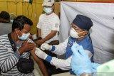 Petugas kesehatan menyuntikkan vaksin COVID-19 kepada pedagang di Pasar Larangan, Sidoarjo, Jawa Timur, Jumat (5/3/2021). Sebagai upaya menekan penyebaran COVID-19 dan memulihkan perekonomian di pasar tradisional, Dinas Kesehatan setempat mulai melakukan vaksinasi COVID-19 dosis pertama kepada 250 orang pedagang pasar tradisional.  Antara Jatim/Umarul Faruq/zk