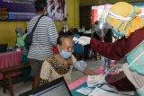 Petugas kesehatan memeriksa kondisi kesehatan pedagang pasar tradisional saat vaksinasi COVID-19 di Pasar Larangan, Sidoarjo, Jawa Timur, Jumat (5/3/2021). Sebagai upaya menekan penyebaran COVID-19 dan memulihkan perekonomian di pasar tradisional, Dinas Kesehatan setempat mulai melakukan vaksinasi COVID-19 dosis pertama kepada 250 orang pedagang pasar tradisional. Antara Jatim/Umarul Faruq/zk