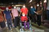 Loka Minaula Kendari beri bantuan tiga kursi roda Lansia di Muna