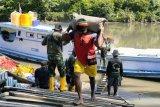 Warga kampung Kombay antusias bantu angkut material TMMD  Boven Digoel