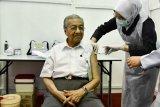 Tun Mahathir disuntik vaksin COVID