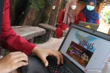 Tiga mahasiswa yang tergabung dalam tim Berfaedah memeriksa prototipe permainan digital (game) berjudul Fight The Virus hasil karyanya di Universitas Muhammadiyah Malang, Jawa Timur, Senin (8/3/2021). Mahasiswa membuat  permainan digital tersebut sebagai sarana sosialisasi pencegahan dan penanganan pandemi COVID-19 agar lebih mudah dipahami masyarakat terutama anak-anak berusia 6 sampai 10 tahun. Antara Jatim/Ari Bowo Sucipto/zk
