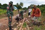 TNI/Polri bantu warga bangun tiang listrik di Sota perbatasan RI-PNG