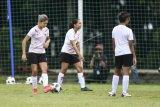 Pesepak bola timnas putri Indonesia Zahra Muzdalifah (kiri) mengikuti latihan di Lapangan D, Kompleks Gelora Bung Karno, Senayan, Jakarta, Senin (8/3/2021). Latihan tersebut digelar untuk persiapan laga di ajang SEA Games 2021 Vietnam. ANTARA FOTO/Hafidz Mubarak A/nym.