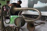 Relawan dari Museum Musik Indonesia membersihkan alat musik drumben koleksi Museum Brawijaya di Malang, Jawa Timur, Senin (8/3/2021). Kegiatan tersebut dilakukan sebagai upaya konservasi terhadap puluhan koleksi alat musik peninggalan Detasemen Musik Kodam V/Brawijaya di tahun 1950-1976 agar tetap terawat dan terjaga nilai sejarahnya. Antara Jatim/Ari Bowo Sucipto/zk