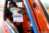 Seorang sopir angkot menunjukan kartu vaksinasi COVID-19 usai mengikuti vaksinasi di Terminal Bunder, Gresik, Jawa Timur, Senin (8/3/2021). Vaksinasi tersebut diikuti petugas Dinas Perhubungan Gresik dan instansi terkait serta sopir transportasi umum di wilayah itu. Antara Jatim/Zabur Karuru