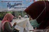 Peserta menyelesaikan pembuatan batik tulis Garutan saat pelatihan vokasional membatik tingkat dasar di Bukit Alamanda Resort, Tarogong Kidul, Kabupaten Garut, Jawa Barat, Selasa (9/3/2021). Dekranasda Kabupaten Garut bersama Diskop UKM menggelar pelatihan membatik yang diikuti 60 orang meliputi pelajar dan masyarakat guna meningkatkan minat terhadap batik tulis Garutan. ANTARA JABAR/Candra Yanuarsyah/agr