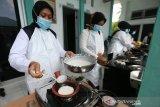 Tenaga kesehatan Puskesmas Blang Bintang memasak kue tradisional apam sebagai upaya melestarikan warisan leluhur yang dilaksanakan setiap bulan Rajab di Aceh Besar, Aceh, Rabu (10/3/2021). Antara Aceh/Irwansyah Putra.