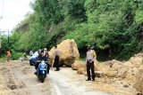 Jalur trans Sulawesi di  Kabupaten Majene Sulbar tertimbun longsor
