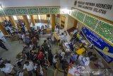Suasana vaksinasi COVID-19 untuk wartawan di Gedung PWI Kalsel, Banjarmasin, Kalimantan Selatan, Rabu (10/3/2021). Dinas Kesehatan Provinsi Kalimantan Selatan berkerjasama dengan Persatuan Wartawan Indonesia (PWI) Kalsel dan sejumlah organisasi wartawan lainnya menggelar vaksinasi COVID-19 yang diikuti sebanyak 370 awak media di Kalimantan Selatan sebagai upaya membantu program pemerintah dalam penanggulangan pandemi COVID-19. Foto Antaranews Kalsel/Bayu Pratama S.