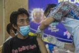 Vaksinator menyuntikkan vaksin COVID-19 kepada wartawan di Gedung PWI Kalsel, Banjarmasin, Kalimantan Selatan, Rabu (10/3/2021). Dinas Kesehatan Provinsi Kalimantan Selatan berkerjasama dengan Persatuan Wartawan Indonesia (PWI) Kalsel dan sejumlah organisasi wartawan lainnya menggelar vaksinasi COVID-19 yang diikuti sebanyak 370 awak media di Kalimantan Selatan sebagai upaya membantu program pemerintah dalam penanggulangan pandemi COVID-19. Foto Antaranews Kalsel/Bayu Pratama S.