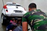 Marinir TNI AL evakuasi mobil yang tenggelam di kanal Makassar