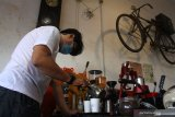 Barista menyeduh kopi untuk dibagikan secara gratis dalam peringatan Hari Kopi Nasional di Kedai Klodjen Djaja, Malang, Jawa Timur, Kamis (11/3/2021). Kegiatan tersebut bertujuan memperkenalkan cita rasa kopi khas nusantara antara lain kopi Aceh Gayo, Buleleng dan Arjuna. Antara Jatim/Ari Bowo Sucipto/zk