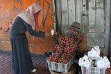 Pramusaji membagikan kopi gratis kepada  pedagang dalam peringatan Hari Kopi Nasional di Kedai Klodjen Djaja, Malang, Jawa Timur, Kamis (11/3/2021). Kegiatan tersebut bertujuan memperkenalkan cita rasa kopi khas nusantara antara lain kopi Aceh Gayo, Buleleng dan Arjuna. Antara Jatim/Ari Bowo Sucipto/zk