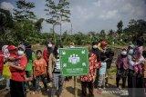 Warga berada di titik kumpul saat mengikuti simulasi tanggap bencana di Batujajar, Kabupaten Bandung Barat, Jawa Barat, Jumat (12/3/2021). Simulasi yang digelar oleh BNPB dan BPBD Jawa Barat tersebut ditujukan untuk meningkatkan kewaspadaan masyarakat setempat di daerah rawan bencana. ANTARA JABAR/Raisan Al Farisi/agr