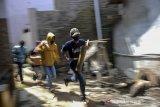 Warga berlari menuju tempat yang aman saat mengikuti simulasi tanggap bencana di Batujajar, Kabupaten Bandung Barat, Jawa Barat, Jumat (12/3/2021). Simulasi yang digelar oleh BNPB dan BPBD Jawa Barat tersebut ditujukan untuk meningkatkan kewaspadaan masyarakat setempat di daerah rawan bencana. ANTARA JABAR/Raisan Al Farisi/agr