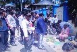 Buktikan aman, Bupati Intan Jaya silaturahim dengan pedagang di pasar Sugapa