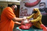 Warga membeli cabai saat operasi pasar cabai murah untuk pelaku Usaha Mikro Kecil Menengah (UMKM) di Kediri, Jawa Timur, Jumat (12/3/2021). Pemerintah daerah setempat menyiapkan 300 kilogram cabai rawit merah dengan harga Rp50 ribu per kilogram guna membantu pelaku UMKM kuliner karena tingginya harga cabai di pasaran hingga Rp120 ribu per kilogram. Antara Jatim/Prasetia Fauzani/zk