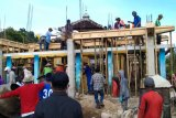 Bhabinkamtibmas Desa Benete KSB gotong royong bersama warga merehab musala